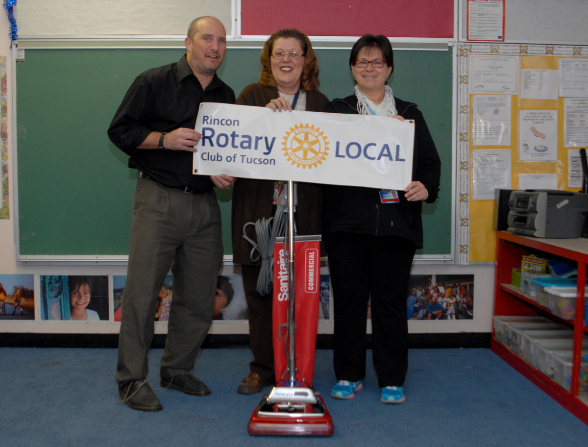 The Rincon Rotary Helps Kellond Community School Clean Up.